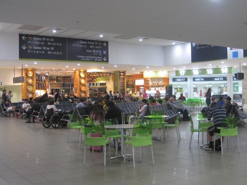 凯恩斯机场候机厅,图上所示的登机口共用这个候机厅