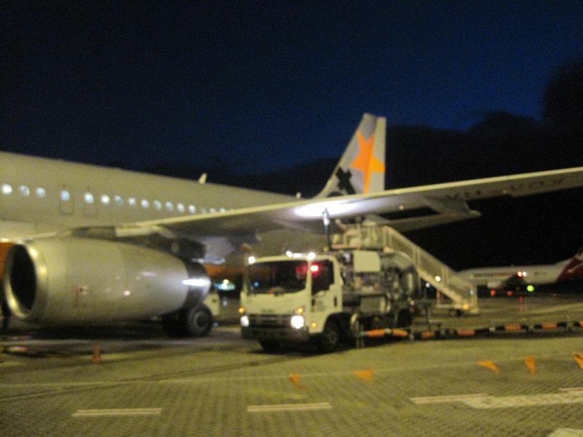 我们走到了停机坪,原来尾部也可以登机