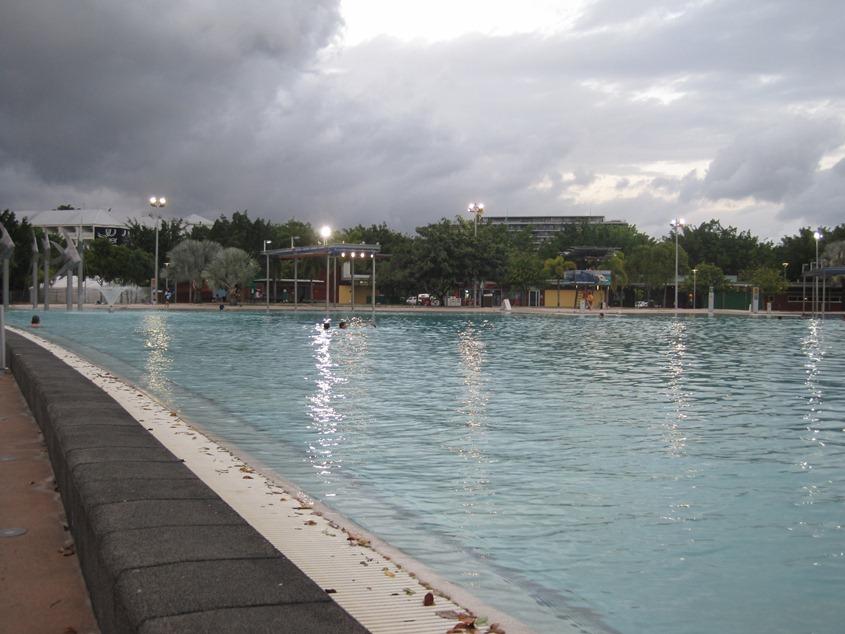 海湾边的公共游泳池,比我们这里收费的游泳池看着还干净